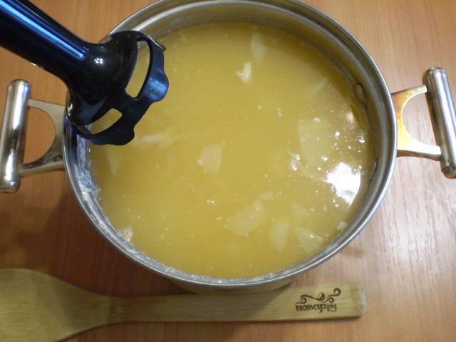 Готовый суп блендером пюрируйте.