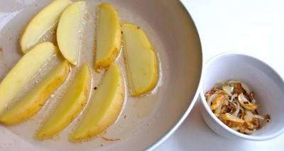 Извлекаем лук и чеснок. В этот же масле обжариваем картофель с двух сторон до красивого золотистого цвета. Соль и перец - по вкусу.
