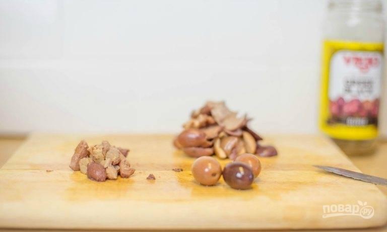 5.Некоторые маслины измельчите, а другие нарежьте крупно.