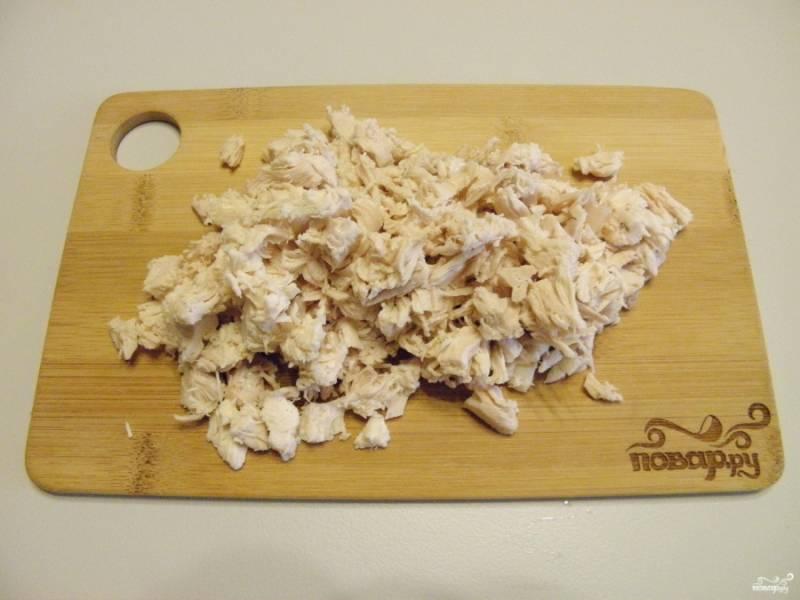 Куриное филе порежьте кубиками небольшого размера.