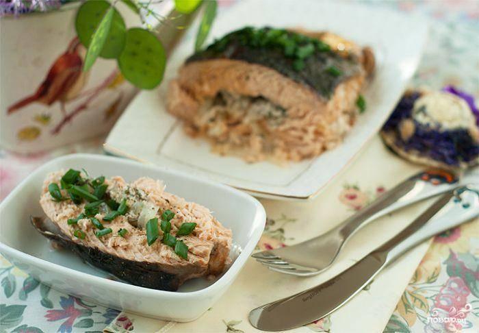 Выпекаем в духовке 15 минут при 190 градусах. Готово! Подаем так, чтобы на тарелке была и рыба, и овощная начинка. Приятного!