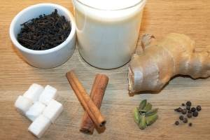 1. Ингредиенты подготовим. Молоко должно быть комнатной температуры. Немного толчем все сухие специи прямо в той кастрюльке, где будете готовить.