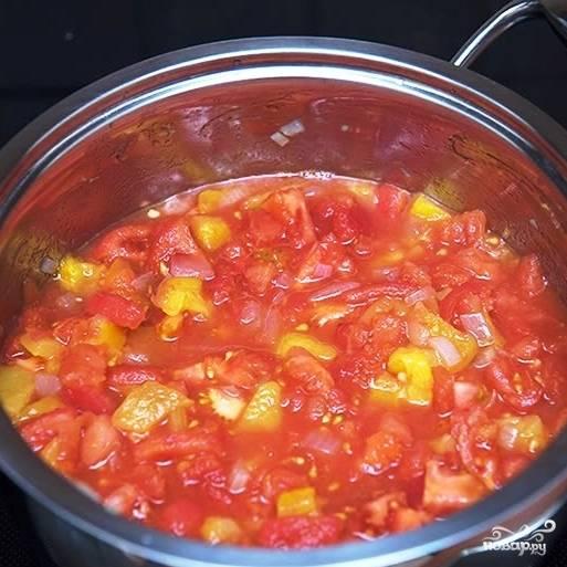 Добавляем к обжаренному до прозрачности луку нарезанные помидоры и перцы. Перемешиваем, доводим до кипения и тушим еще минут 5, после чего заливаем все куриным бульоном (сколько заливать - смотрите сами по желаемой консистенции), еще раз доводим до кипения и варим 15 минут на слабом огне по крышкой.