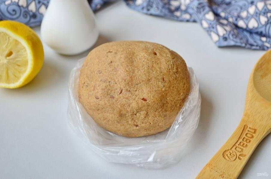 Соедините сухую мучную смесь с масляной. Получается приятный и немного липкий ком. Оберните его пищевой пленкой или просто положите в целлофановый пакет и уберите в морозилку на 20-30 минут.