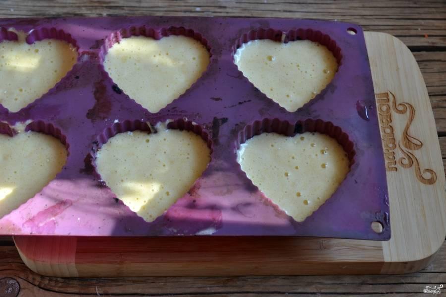 Разложите тесто в формочки. Можно использовать как бумажные или металлические, так и силиконовые формы. Выпекайте кексы в духовке при температуре 180 градусов 15 минут.