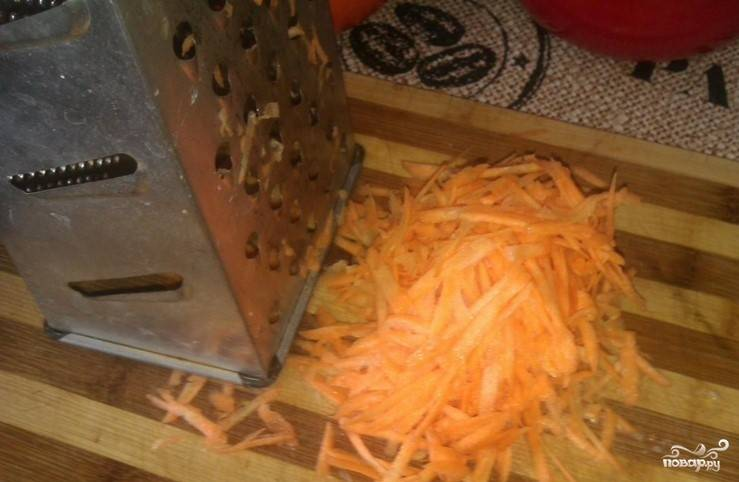 2. Свежую морковку помойте в проточной воде. Очистите от верхнего слоя. Возьмите крупную терку и натрите на ней морковь.