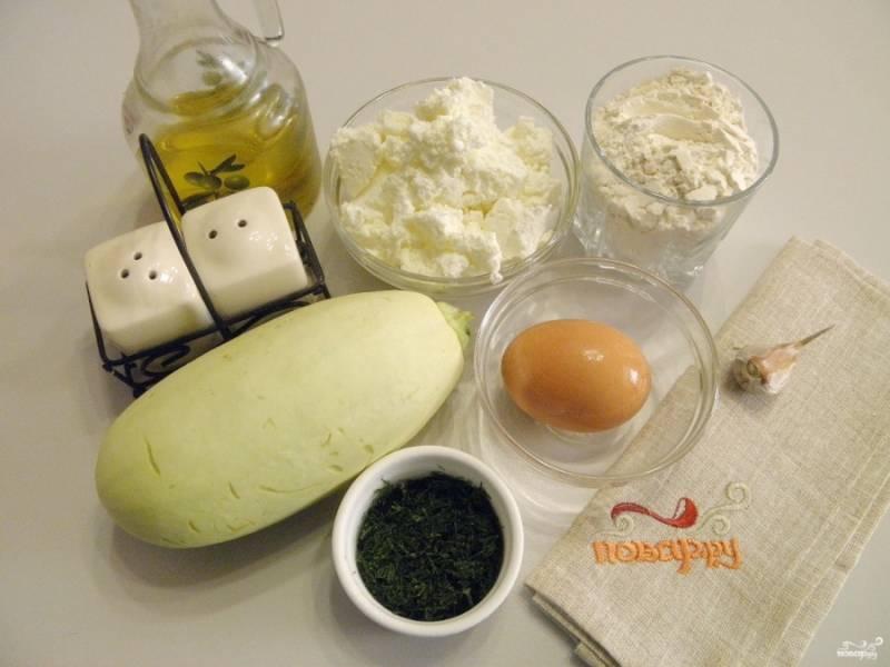 Подготовьте продукты для оладей. Творог разомните вилочкой, чтобы не было крупных комочков. Кабачок вымойте и срежьте хвостик. Очистите чеснок.