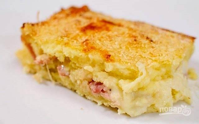 7.Покройте еще одним слоем картофельного пюре, выровняйте поверхность, посыпьте сухарями, разложите небольшие кубики сливочного масла. Запекайте пирог в предварительно разогретой до 200 градусов духовке до золотисто-коричневого цвета, около 30-40 минут. Дайте пирогу остыть в течение 5 минут и подавайте на стол!