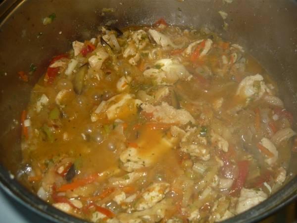 7. Самое время соединить овощи с мясом в сотейнике. Добавить туда чеснок и залить горячим бульоном. Если бульона под рукой не оказалось, можно использовать просто горячую воду. Всыпать все специи, тщательно перемешать и накрыть крышкой.