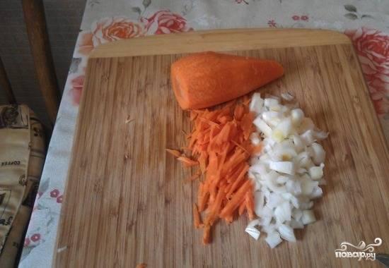 3. Репчатый лук нарежьте мелкими кубиками. Морковь нарежьте тонкой соломкой (можно натереть её на средней терке).