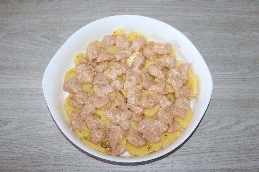 На картофель выложите курицу.