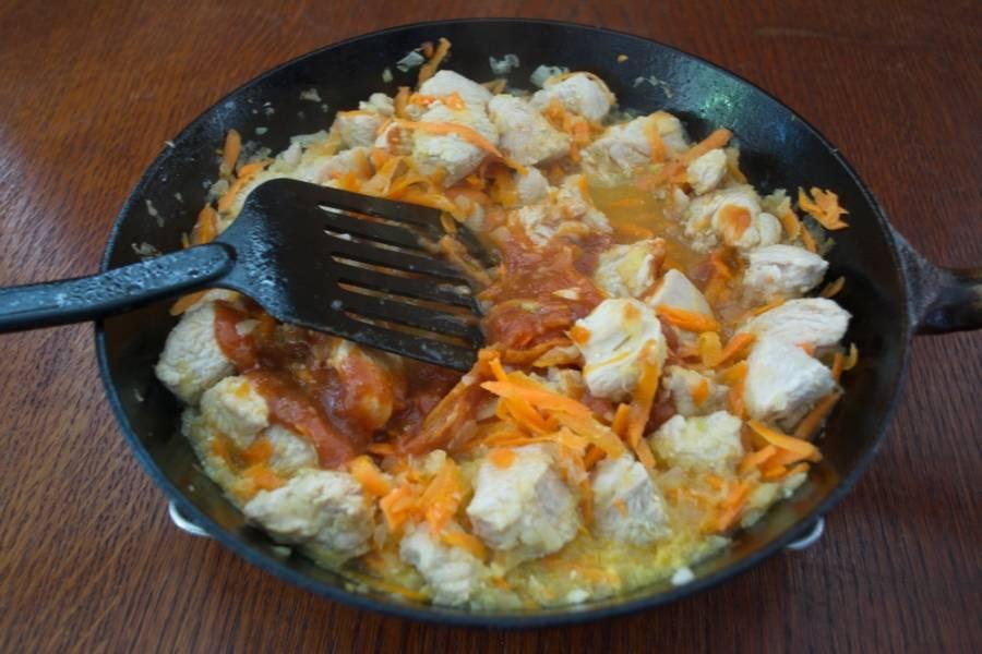В процессе тушения подлейте немного воды в сковороду, для образования подливки. Добавьте томатной пасты. Присолите, поперчите по вкусу. Если томат слишком кислый, можно добавить сахара. Тушите до готовности морковки, накрыв сковороду крышкой.