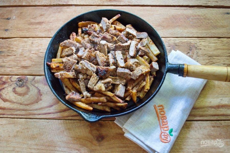 Отдохнувшее мясо нарежьте на кубики. Выложите поверх картофеля.
