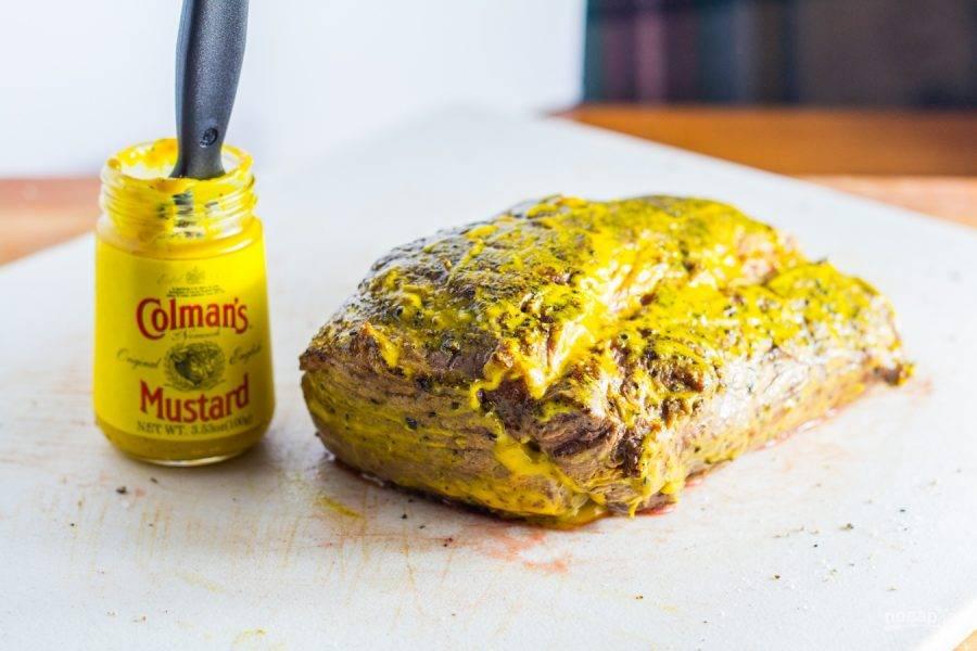 5.Переложите мясо на доску и оботрите от лишнего жира, затем смажьте горчицей.