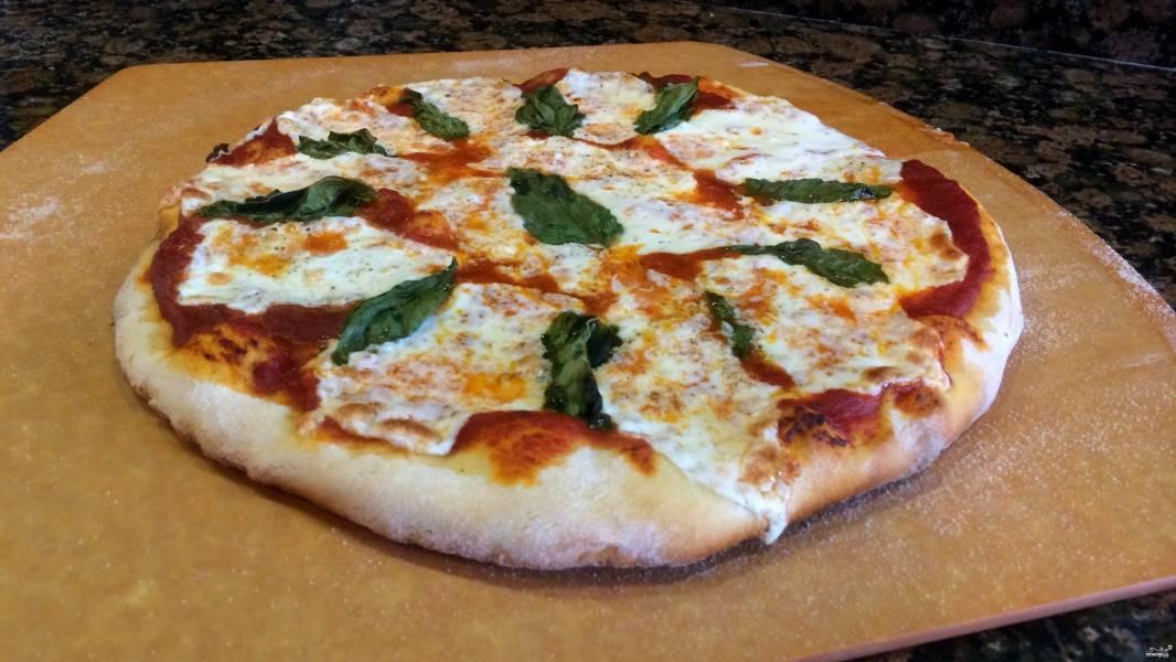 Пицца с базиликом и моцареллой