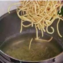 Картофель помыть, почистить и порезать кубиками. В кастрюлю влить 2 литра воды. Поставить на плиту, подсолить и закипятить. Засыпать в кипящую воду картофель и короткие макароны, варить до полу готовности, где-то 5-6 минут.