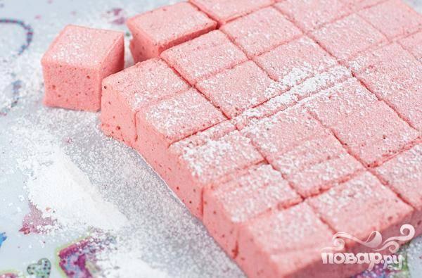 6.Теперь нарезаем кубиками, обваливаем в сахарную пудру и подаем.