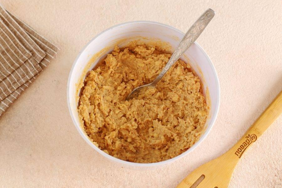 Соедините печенье и крем. По желанию можно добавить любые орешки. Хорошо перемешайте.