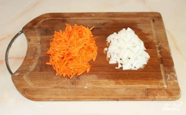 Морковь очищаем от кожицы при помощи овощечистки. Натираем на терке. Лук очищаем и режем не очень крупно.