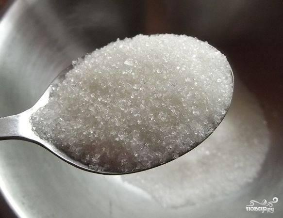 1. Начнем рецепт приготовления творожного пирога с фруктами мы, разумеется, с теста. В глубокую мисочку отправьте сахар.