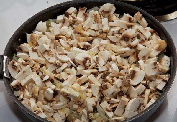 2. Теперь добавим грибы, солим, перчим и обжариваем до готовности. При желании можно добавить сливки.