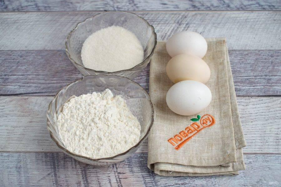 Пока яблоки остывают, приготовьте тесто. Подготовьте продукты. Всего по три: 3 яйца, 3 ст. л. сахара, 3 ст. л. муки.