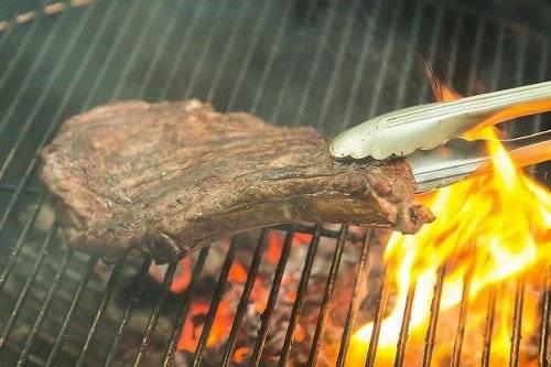 Через несколько минут, когда стейк зарумянится, переверните его.