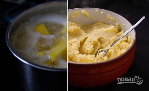 3. Выложите его в кипящую подсоленную воду и варите до готовности. После слейте воду и разомните картофель в пюре.
