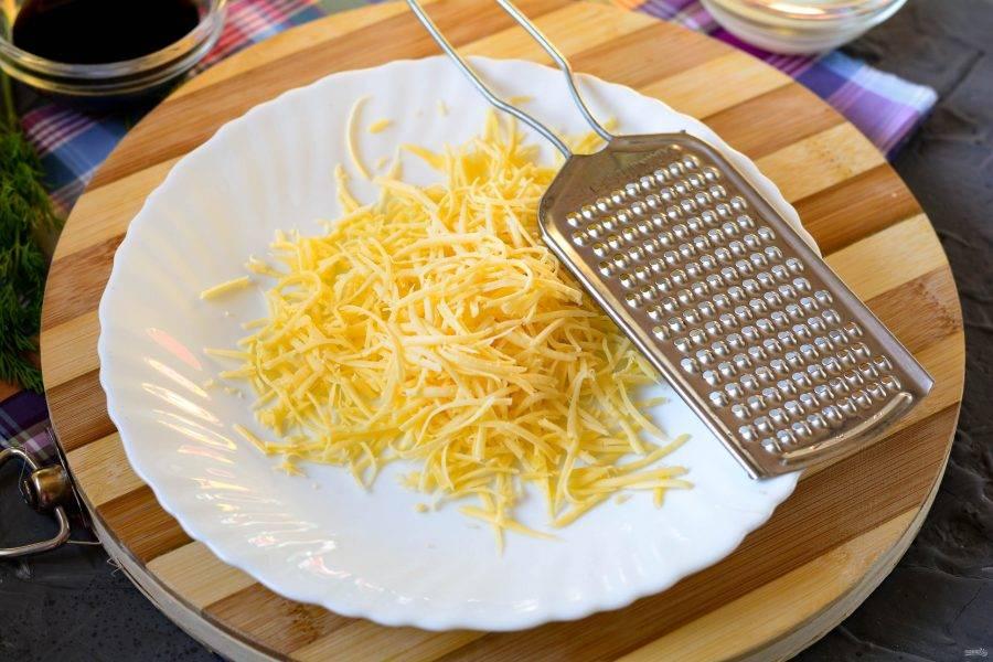 Натрите сыр на терке.