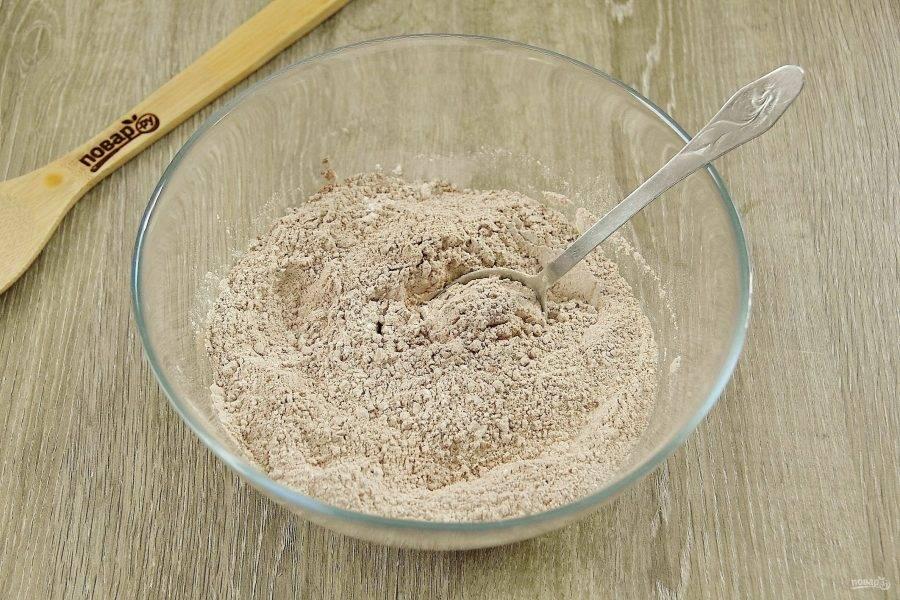 В глубокой миске соедините все сухие ингредиенты: какао, муку, сахар, ванилин и разрыхлитель.