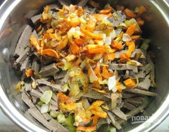 8. Соедините все ингредиенты. Добавьте по вкусу соль и щепотку перца.