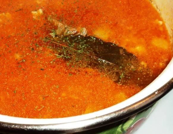 Готовое мясо выньте из бульона, порежьте и бросьте обратно вместе с картофелем. Когда картофель будет готов, добавьте в суп фасоль, томатный сок со специями и доведите до кипения. После этого снимите суп с огня и дайте полчаса настояться перед подачей на стол.