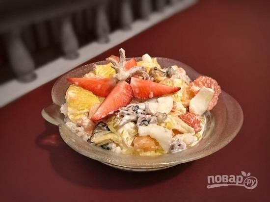 7. Готовый салат украсьте на свой вкус и подавайте. Приятного аппетита!