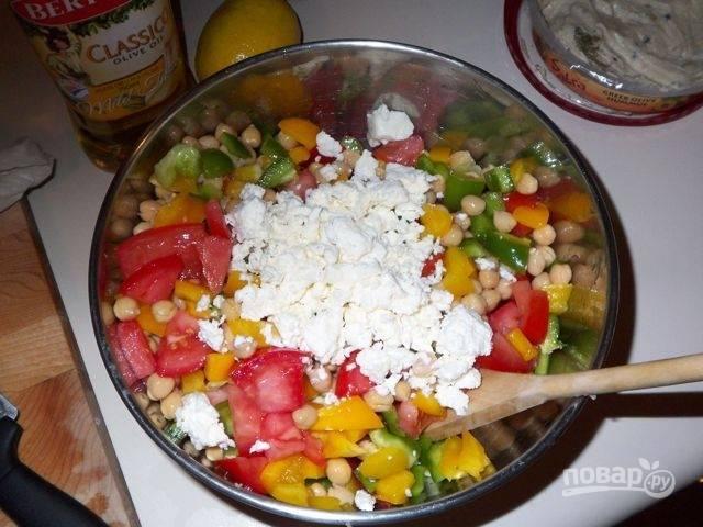 5.Посыпаю салат сыром, перемешиваю, настаиваю в холодильнике, а затем уже наслаждаюсь его вкусом.
