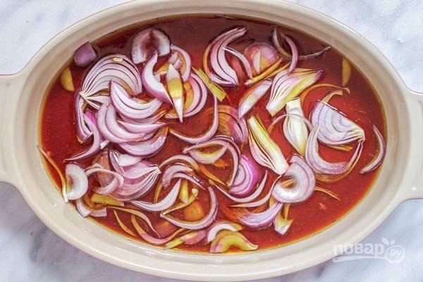 2.В другой миске соедините красное вино, сок двух лимонов, оливковое масло, нарежьте полукольцами 1 красный лук.