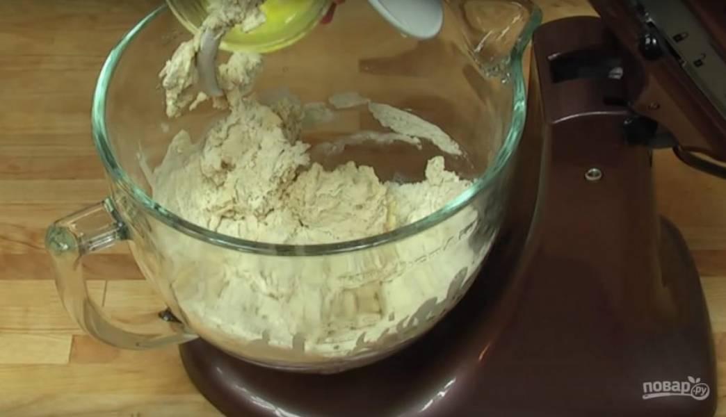 Поместите в чашу миксера муку, дрожжи, соль, сливочное масло и вымесите тесто. Если тесто слишком твердое, то добавьте немного молока.