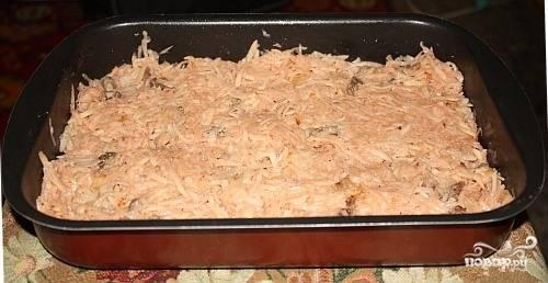 Картофель почистите и помойте, натрите на крупной тёрке. Все ингредиенты смешайте вместе, добавив соду, перец. Уложите в форму для запекания, смазав маслом. По вкусу посолите.