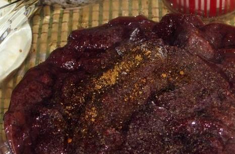 Печень промойте и очистите от пленочек. Нарежьте продолговатыми кусочками, посолите, добавьте сахар и перец.