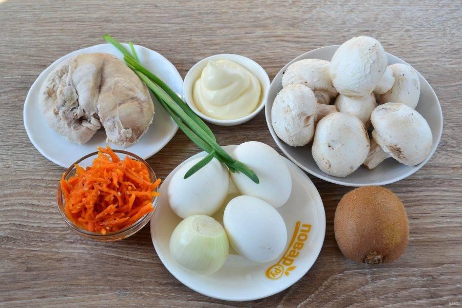 Подготовьте все необходимые ингредиенты. Куриную грудку заранее сварите до готовности в слегка подсоленной воде. Яйца сварите вкрутую.
