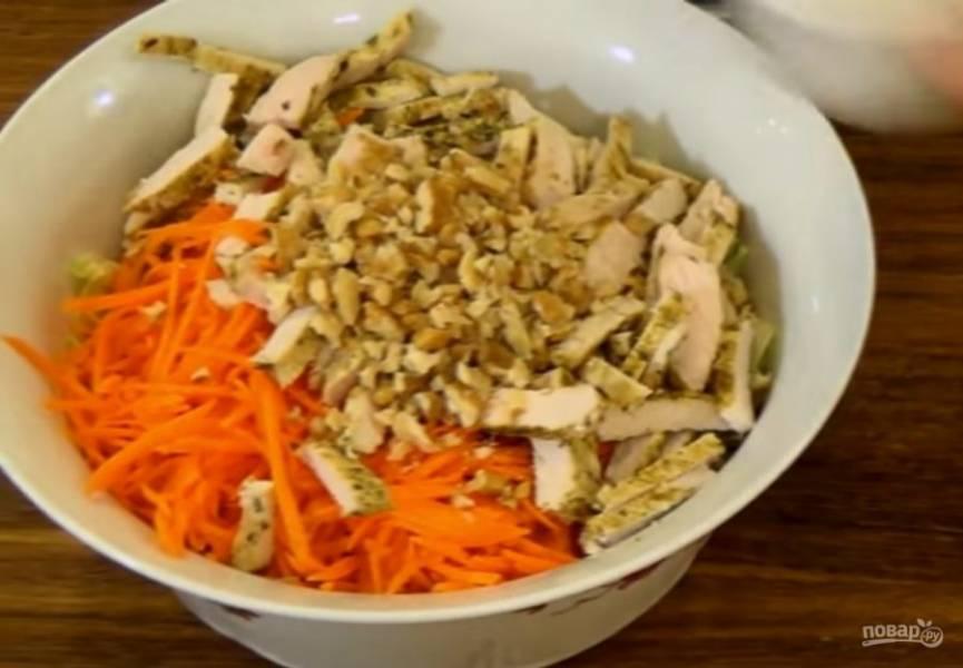 2. Куриное филе обжарьте с обеих сторон до готовности, остудите и нарежьте небольшими брусочками.  Добавьте филе к салату.