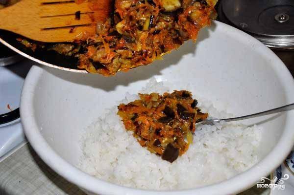 Смешиваем рис и зажарку из овощей.
