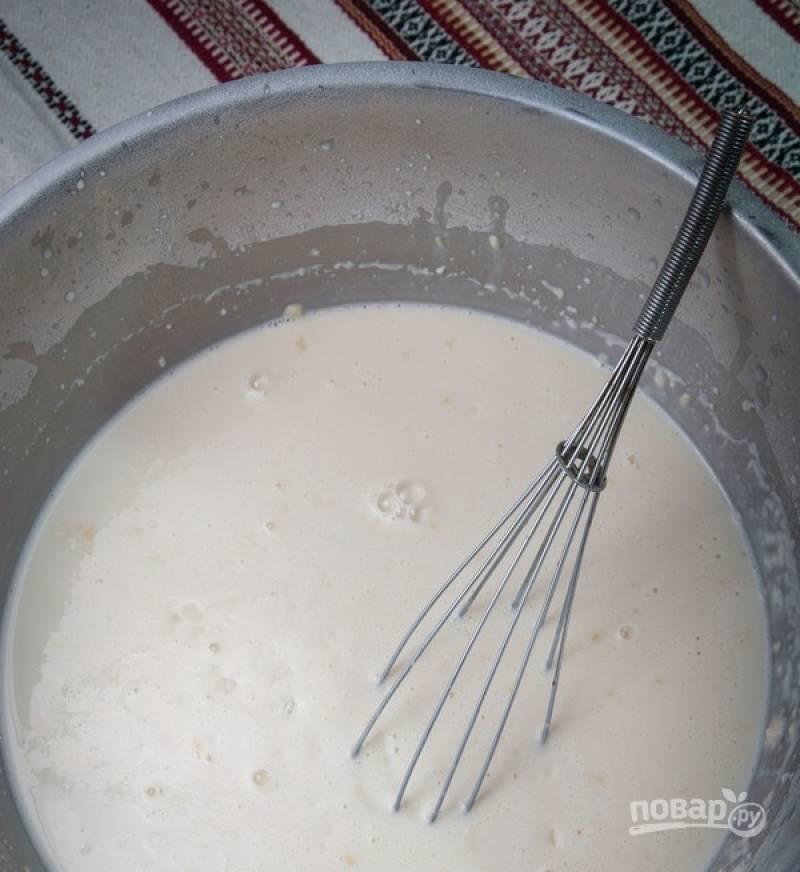 3. Добавляем кефир и остальные ингредиенты, замешиваем тесто. По консистенции оно получается, как сметана средней густоты (мы привыкли покупать такую 15%).