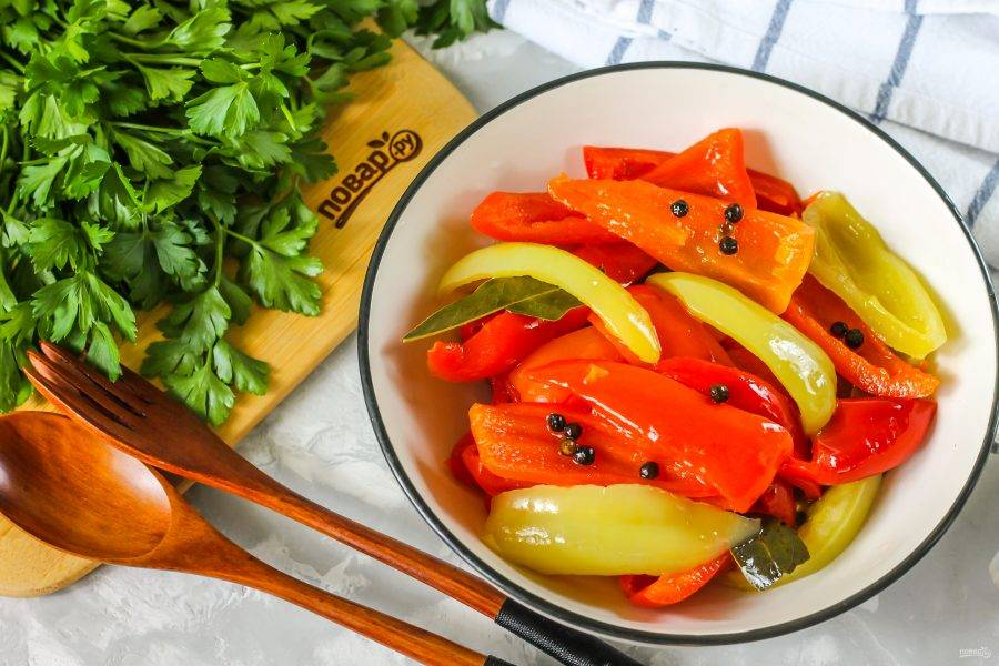 Готовый маринованный перец в масле выложите из маринада на тарелку или в пиалу, подайте к столу охлажденным. Особенно вкусен он в сочетании с блюдами из картофеля или мяса.