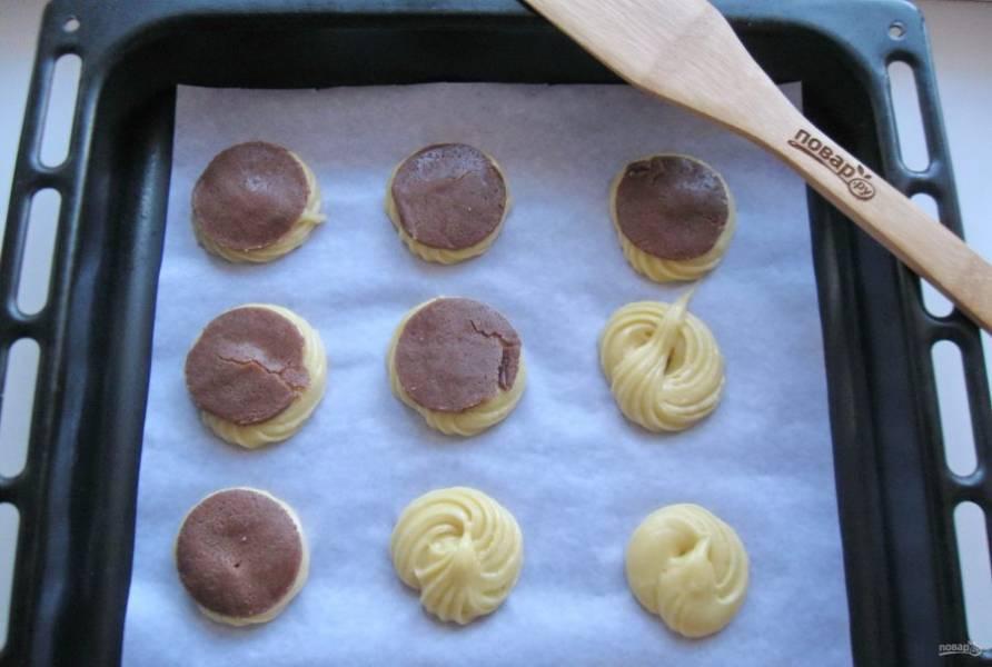Достаньте тесто для кракелюра из морозильника и вырежьте кружки по диаметру ваших профитролей. Выложите кракелюр на каждое пирожное.