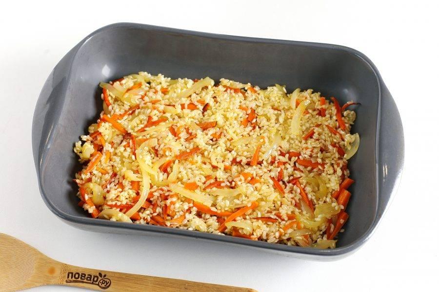 Переложите рис с овощами в форму для запекания.