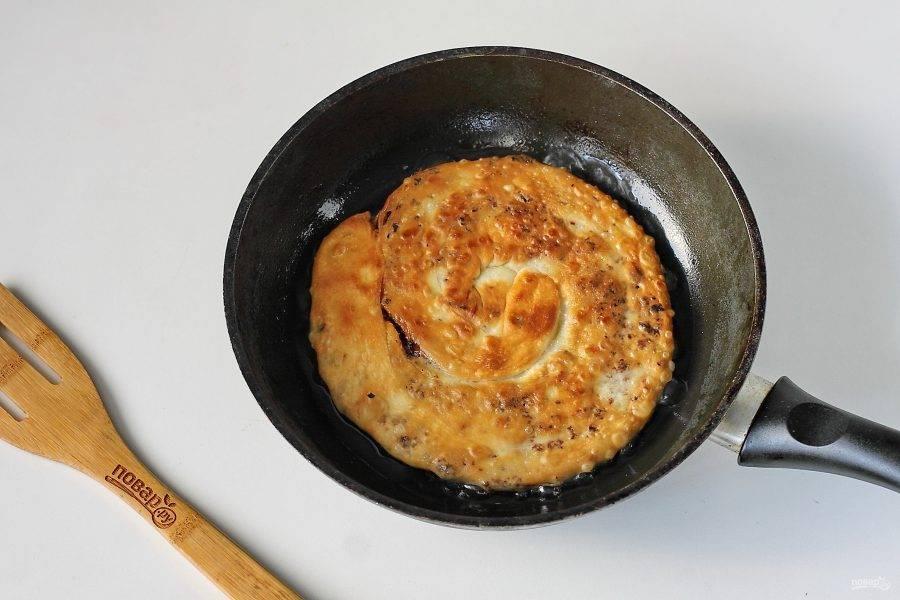 Обжаривайте лепешки с двух сторон на среднем огне до румяной корочки.