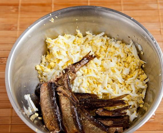 Сначала делаю со шпротами начинку. Измельчите вместе шпроты и яйца.
