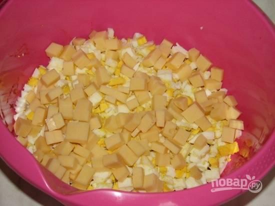 Сыр нарезаем мелкими кубиками или натираем на крупной терке.