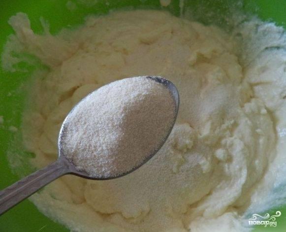 3. Я в готовке муке предпочитаю манную крупу. На мой взгляд, она подходит лучше. Поэтому в такое тесто я всегда добавляю именно манку.