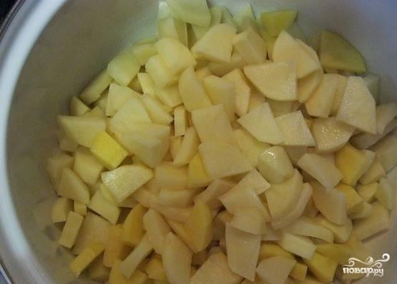 Для этого рецепта вам понадобится большая кастрюля или миска для ингредиентов. Первым делом очистите картофель и нарежьте его на равные кусочки. Выложите его в заранее подготовленную посуду.